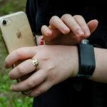 Ali iși conectează brățara cu ecolocație (Sunu Band) la telefon, pentru a se plimba prin curte. Aceasta vibrează când se apropie de un obiect sau o persoană.