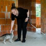 Ali o mângâie pe Insistenta, una din cele zece pisici pe care le are, în timpul unei plimbări în viitoarea casă a bunicilor ei.