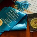 Diploma și eșarfa de absolvire, alături de medalia de Șef de an 2020.