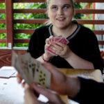 Ali îl învață pe Bogdan, un nou prieten de vârsta ei, să joace Cruce.