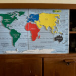 Harta lumii în relief, cu legendă în Braille, din camera de zi.
